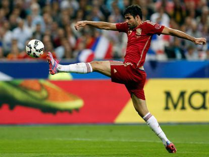 Diego Costa tenta controlar a bola.