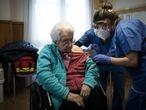 12/01/21 Dos enferemeras vacunan a una anciana.Campana de vacunacion contra la Covid-19 en la residencia Pare Vilaseca en uno de los municipios mas castigados por el coronavirus en la primera ola de la pandemia. Igualada, 12 de enero de 2021 [ALBERT GARCIA]