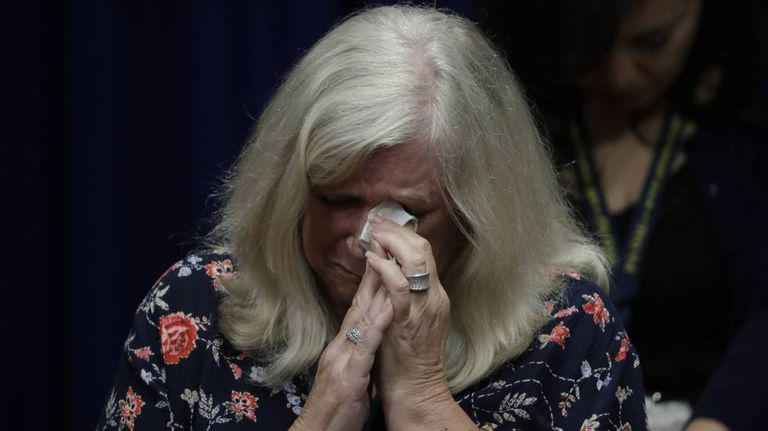 Judy Deaven, cujo filho foi abusado por um padre, chorou na terça-feira na apresentação do inquérito.