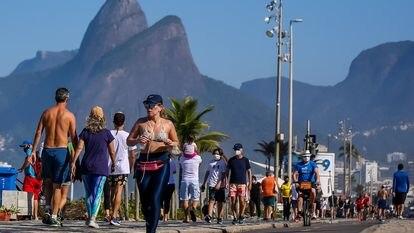 A praia de Ipanema, no Rio de Janeiro, lotada de pessoas neste domingo, em plena pandemia do novo coronavírus.