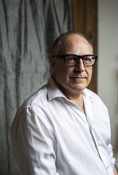 O autor de 'O que é o virtual?' e 'Ciberdemocracia' posa em sua residência no Canadá.