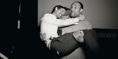 O cineasta Jonze, nos braços do falecido ator James Gandolfini, em 2008.