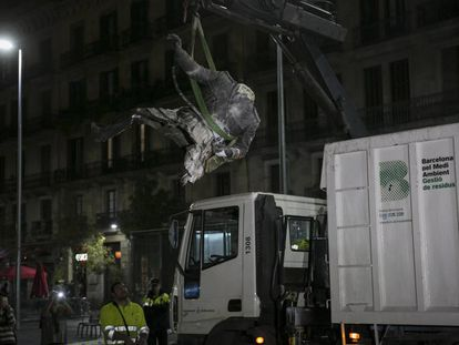 Demolição e retirada da estátua de Franco.