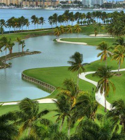 Um lago do campo de golfe da ilha.