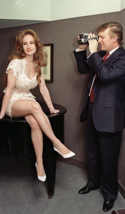 Trump fotografa uma modelo da 'Playboy' num evento de aniversário da revista, em 1993.