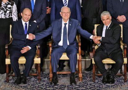O primeiro-ministro Naftali Bennett (à esquerda), o presidente Reuven Rivlin e o ministro de Relações Exteriores, Yair Lapid, na segunda-feira em Jerusalém.