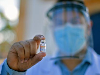 Um médico segura uma dose da Coronavac na cidade Mateus Leite, interior de Minas Gerais.