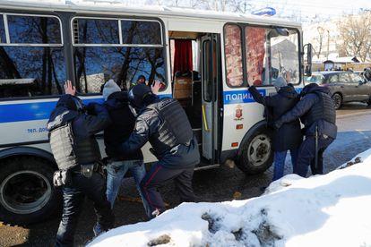 Polícia russa detém várias pessoas nas imediações do Tribunal Municipal de Moscou, durante a audiência, nesta terça-feira, do caso Navalni.