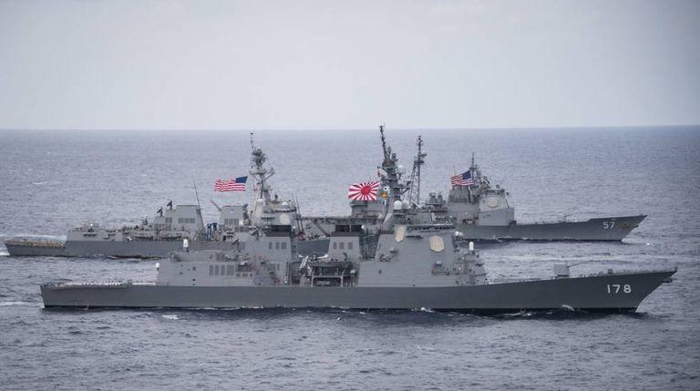 As forças norte-americanas e as sul-coreanas iniciam manobras conjuntas.
