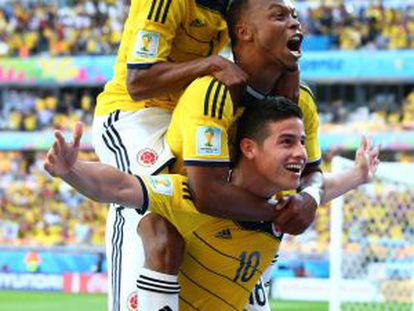 James Rodríguez, Zuñiga e Cuadrado comemoram.