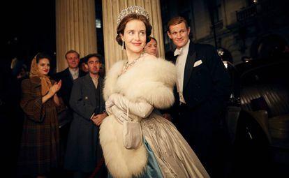 Claire Foy caracterizada como rainha Elizabeth II na primeira temporada de 'The Crown'.