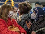 Aglomeraciones de usuarios de metro, este martes, donde los colegios permaneces cerrados, los supermercados desabastecidos y los hospitales intentando recuperar la normalidad tras días de aislamiento por el temporal 'Filomena'.