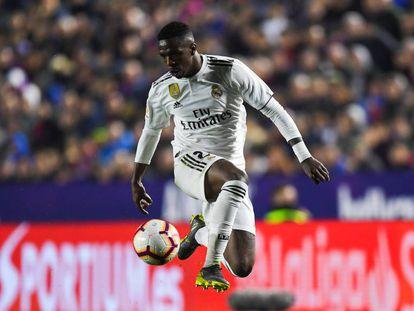 Vinicius Junior em partida contra o Valencia.
