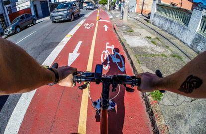 Ciclista pedala por ciclovia em São Paulo