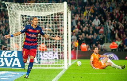 Neymar festeja um de seus quatro gols.