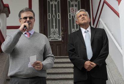 Marcelo Ebrard e Andrés Manuel López Obrador, em sua casa de campanha.