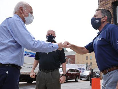 O candidato democrata a presidente dos EUA, Joe Biden, visita um grupo de trabalhadores na Pensilvânia.