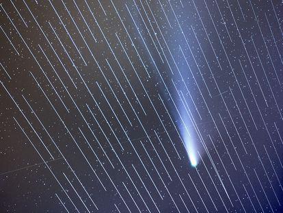 O cometa Neowise com os satélites Starlink interferindo na imagem.