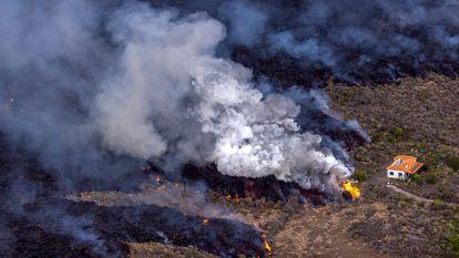 Uma casa no meio da lava do vulcão La Palma, na região de El Paraíso.