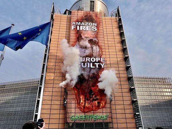 GRAF2946. BRUSELAS, 11/09/2020.-Activistas de la organización ecologista Greenpeace, han desplegado hoy viernes una gran pancarta en el edificio de la Comisión Europea, para denunciar la situación en la región amazónica y criticar el acuerdo comercial entre la UE y el Mercosur.-EFE/Tim Dirven/Greenpeace/No ventas/No archivo/Solo uso editorial