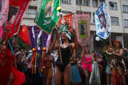 Foliões levam o estandarte de Cordão do Boitatá, no Rio.
