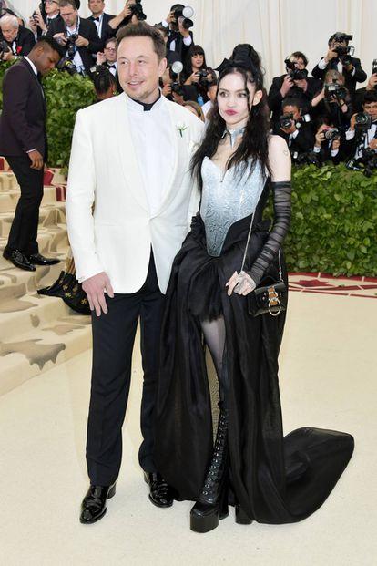 Elon Musk com a artista Grimes, com quem se apresentou oficialmente como namorada na última cerimônia do MET.