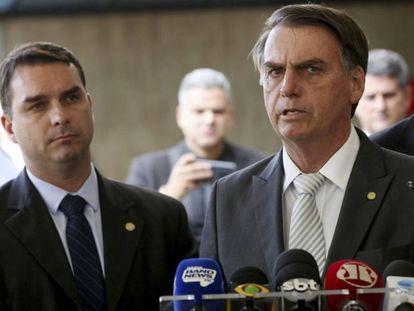 O então presidente eleito, Jair Bolsonaro, e seu filho Flávio, em novembro de 2018