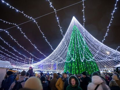 O momento de acender as luzes da Árvore de Natal da Praça da Catedral da Cidade Velha de Vilna (foto) é uma tradição que reúne moradores e visitantes na capital da Lituânia. Trata-se de uma enorme estrutura de metal coberta com galhos de coníferas e do que sobra das podas florestais, adornada com 900 figuras e 70.000 lâmpadas, que transformam o conjunto numa das árvores natalinas mais brilhantes da Europa. Tanto que os passageiros dos aviões podem vê-la facilmente antes de aterrissar no aeroporto. Ficará acesa até 7 de janeiro e pode ser apreciada do trem de Natal que percorre lugares os festivos da cidade.