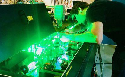 Kev Messin, coautor do estudo, manipula um laser no JILA da Universidade do Colorado em Boulder (EUA).