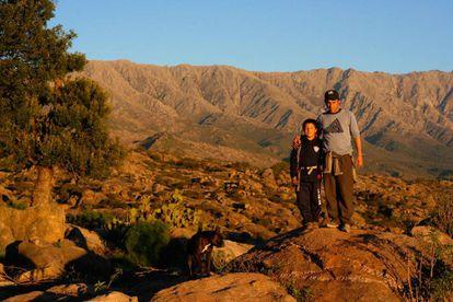 Pai e filho nas serras de Córdoba.