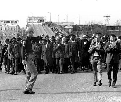 Martin Luther King e manifestantes na cidade de Selma (Alabama) o 10 de março de 1965.