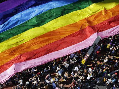 Manifestantes participam da Parada do Orgulho Lgbtqia+ em São Paulo, em 18 de julho de 2019.