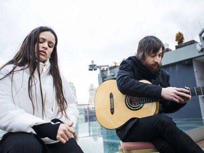 Rosalía e Raül Refree posam num hotel no centro de Madri, onde apresentaram seu disco de flamenco