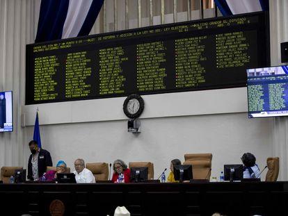 Os membros da Junta Diretiva do Parlamento de Nicarágua durante a aprovação das reformas eleitorais em Manágua.