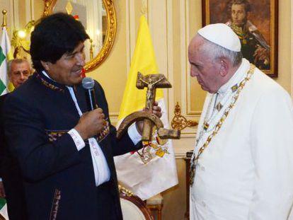 Evo Morales, entregando o presente ao Papa.