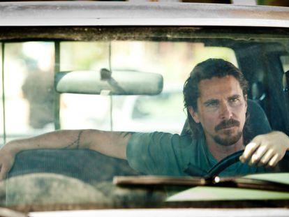 Christian Bale ao volante em 'A lei do mais forte'. Para algumas mulheres isso de meter as marchas não é comparável a nada.