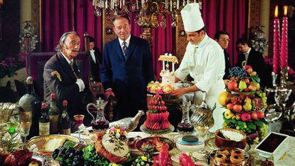 Salvador Dali, à direita, em uma fotografia do livro 'Les Dîners de Gala'.