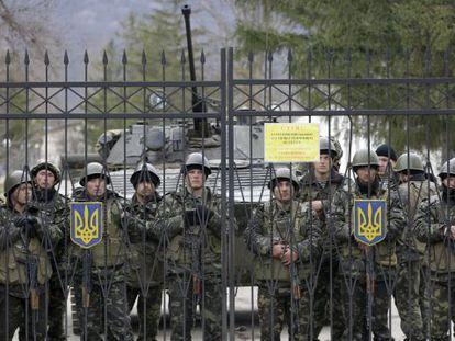 Militares ucranianos protegem a base de Perevalnoye.