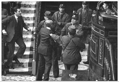 O presidente Suárez e o vice-presidente Manuel Gutiérrez Mellado enfrentam os policiais civis no Congresso na tarde do 23-F.