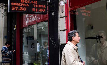 Fachada de uma casa de câmbio mostra a cotação do dólar, no centro de Buenos Aires