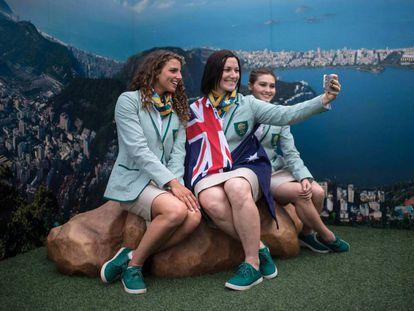 Australianas posam frente à paisagem de papelão da Vila.