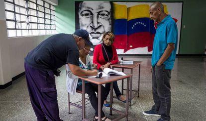 Pessoas votam nas eleições municipais da Venezuela.