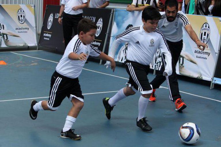 Crianças jogam futebol na Guatemala nesta quinta-feira.