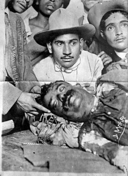 O cadáver de Emiliano Zapata, exibido depois de seu assassinato, em 10 de abril de 1919.