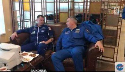 O astronauta norte-americano Nick Hague e o cosmonauta russo Alexey Ovchinin, em uma imagem tomada após seu resgate.