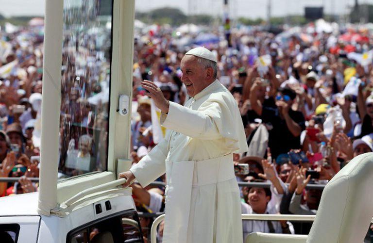 O papa Francisco saúda nesta segunda-feira a multidão em Guayaquil (Equador).