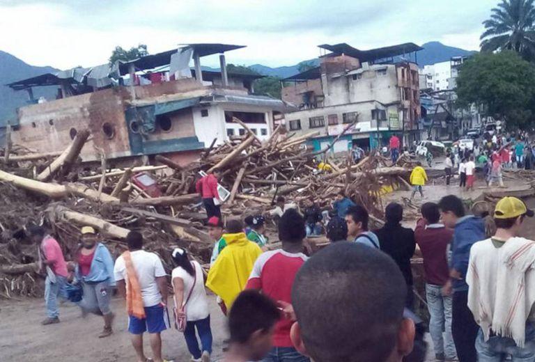 Moradores de Mocoa observam os estragos causados pelo transbordamento de vários rios no departamento de Putumayo, no sul da Colômbia.