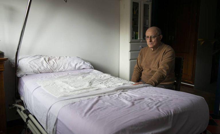 Ángel Hernández, nesta sexta-feira junto à cama de María José Carrasco.