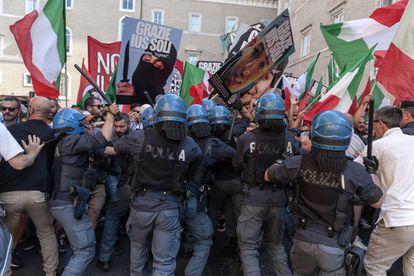 A polícia italiana dissolve uma manifestação no Senado contra a aprovação da lei Ius Soli.