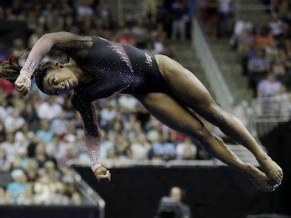 Simone Biles, durante seu histórico exercício de solo durante a final do campeonato norte-americano, neste domingo, no Kansas. Em vídeo, o duplo mortal com três piruetas.